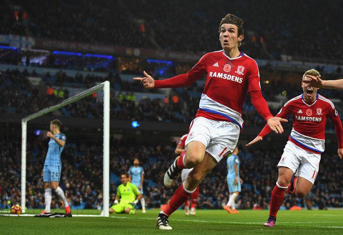 Marten de Roon in extase na zijn late gelijkmaker voor Middlesbrough op bezoek bij Manchester City in november 2016. Rechts Viktor Fischer.