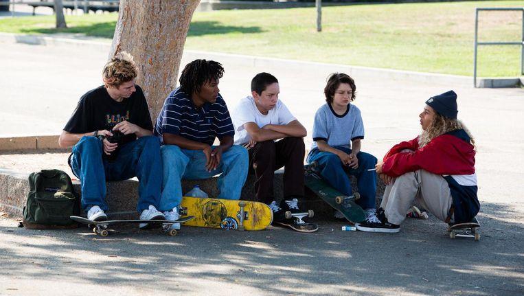 Sunny Suljic (tweede van rechts) speelt Stevie, die aansluiting zoekt bij de skaters. Beeld Tobin Yelland