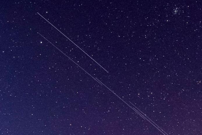 Les satellites laissent de longues traces blanches sur les images capturées par les astronomes.