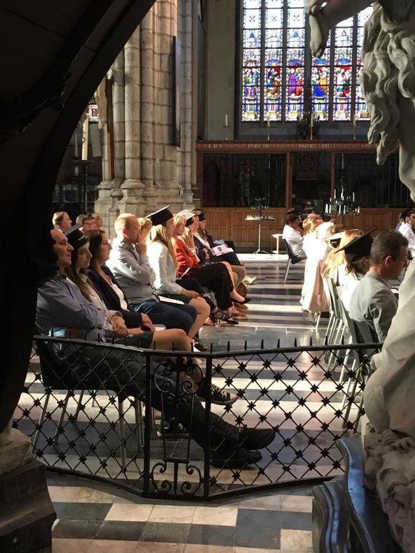 Ouders en leerlingen zitten netjes in groepjes van 3 op afstand van elkaar verspreid in de kathedraal.