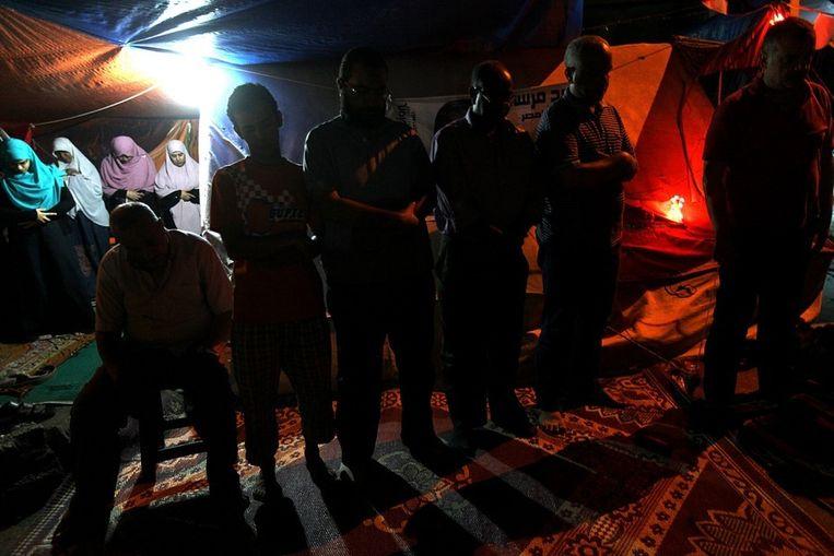 Leden van de Moslimbroederschap bidden tijdens hun protest in Caïro. Beeld null
