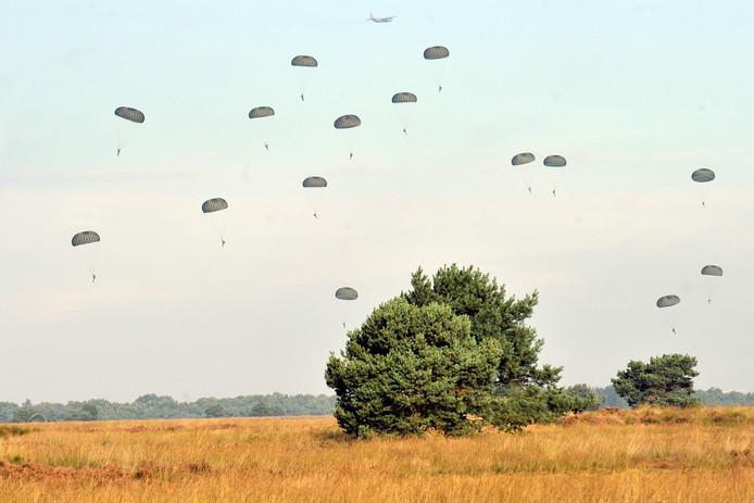 Bij de herdenking van Market Garden worden 800 parachutisten van verschillende nationaliteiten gedropt boven het Houtdorperveld in Ermelo.