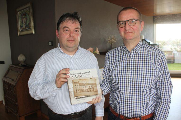Peter D'Haeseleer en Walter De Swaef met hun boek 'Duitse oorlogsgruwel in Aalst'.