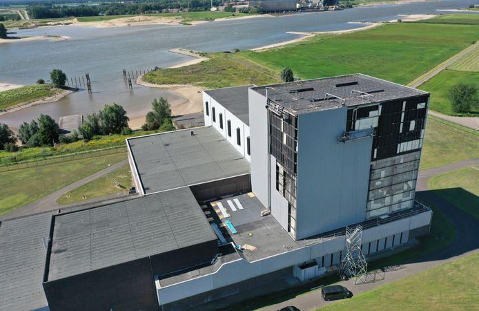 De voormalige kerncentrale in Dodewaard staat in de steigers, zodat brandschade kan worden gerepareerd.