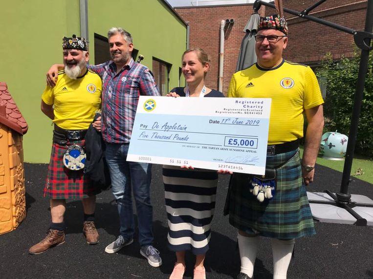 De supporters overhandigden een cheque aan het kinderziekenhuis in Jette.