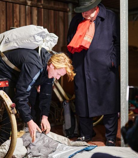 Sheltersuit biedt dakloze 73-jarige Gerard 's nachts beetje warmte in Enschede