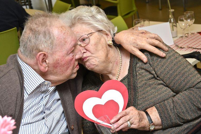Albert Viaene (95) en Yvonne Rooye (93): prille liefde ondanks hun hoge leeftijd.