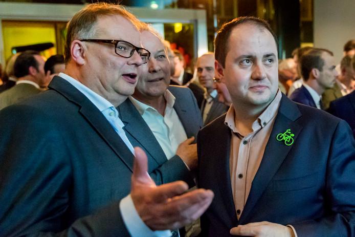 Blijvend wethouder Jan Hoskam van de VVD (links), vertrekkend wethouder Paul Kagie van Leefbaar (midden) en debuterend wethouder Ufuk Kâhya (GroenLinks) tijdens de verkiezingsavond.