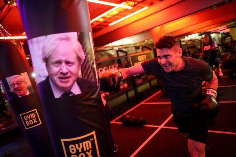In Londen is de Brexfit-sportschool geopend, waar leden zich kunnen uitleven op de hoofdrolspelers in het brexit-debat. Hier haalt iemand uit naar Boris Johnson.  Beeld Reuters