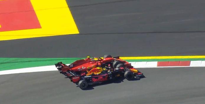 Max Verstappen en Charles Leclerc tijdens de inhaalmanoeuvre tijdens de Grand Prix van Oostenrijk.