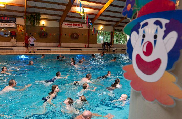 In het Twellose zwembad De Schaeck kan voorlopig niet worden gezwommen vanwege coronabesmetting bij meerdere medewerkers. Het bad is in ieder geval gesloten tot en met 9 december.