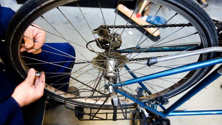 Eric Sellmeijer (niet op de foto) behaalde met behulp van de scholingsvoucher zijn vakdiploma fietstechniek: 'Toen ik klaar was met mijn opleiding, wilden wel drie fietsenmakers me hebben.' Beeld anp