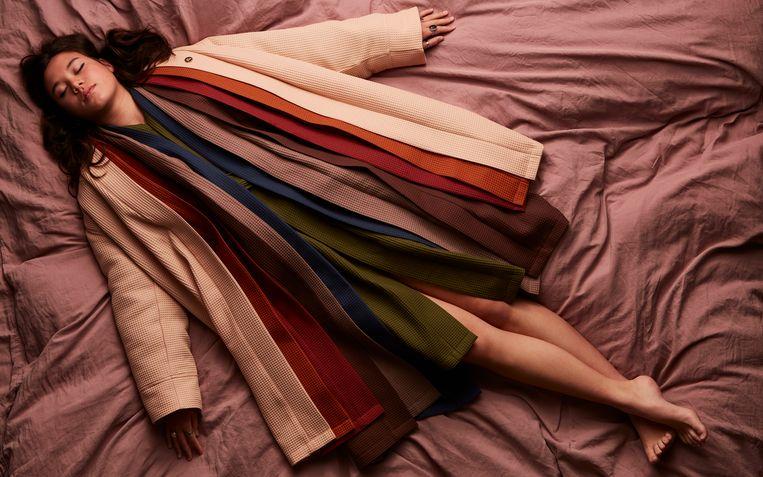Elke dag van de week een andere kleur badjas, voor wie wil variëren in zijn thuiskloffie, € 79,95. Beeld Jaap Vliegenthart