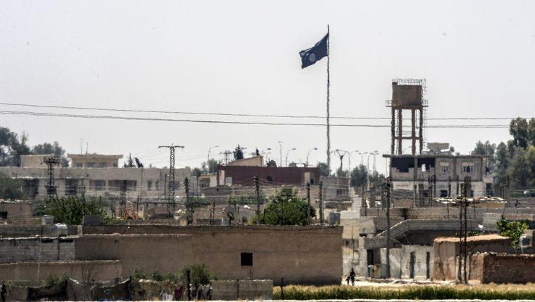 De vlag van Islamitische Staat in de Syrische stad Tal Abyad. Beeld afp
