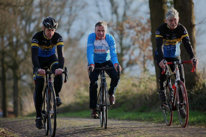 Parijs-Roubaix winnaar Hennie Kuiper inspecteert met organisatoren de 'kasseien' van de Achterhoek.