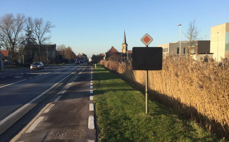 Iemand dekte het verkeersbord af met een zwart doek. Het motief is onduidelijk.