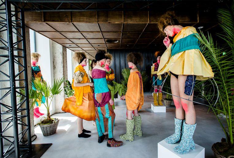 Kunstbende winnen kan grote gevolgen hebben. De jonge ontwerpster Aike Buiting mocht haar werk tijdens de Fashion Week laten zien. Beeld ANP Kippa