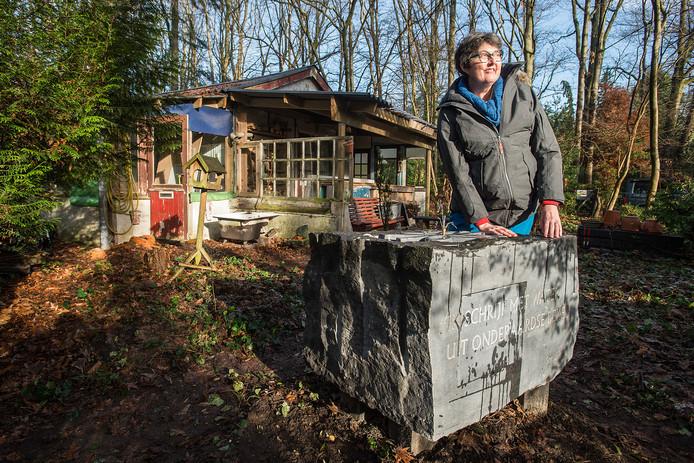 Anne Pillen bij de levenssteen, die geplaatst is bij De Boshut: 'Ik wil geen grafsteen. Ik wil leven, ik wil dat het hier een bron van creativiteit blijft.'