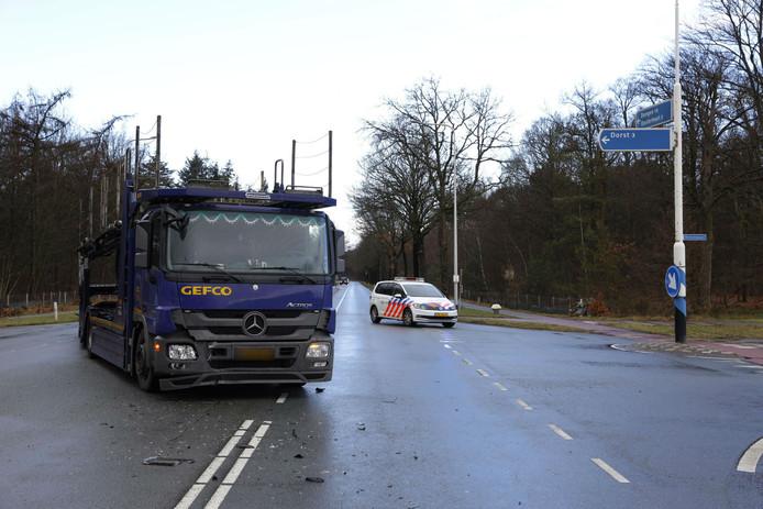 De vrachtwagen na het ongeval in Oosterhout.