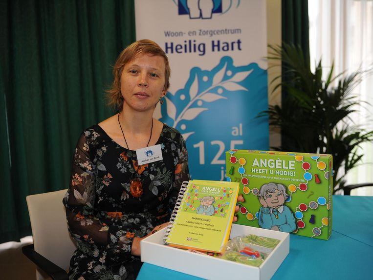 Amber ten Brink met Angèle, haar bordspel over een persoon die lijdt aan dementie.