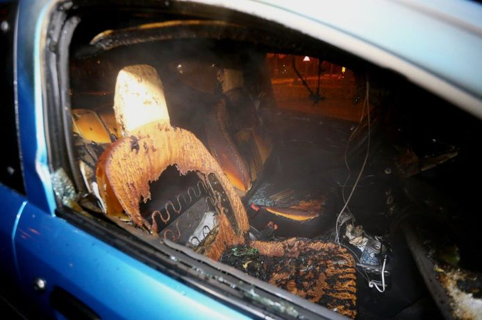 Tweede autobrand in een nacht in Den Bosch, ditmaal aan het Lennephof.