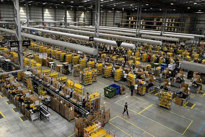 Een distributiecentrum van Amazon in het Britse Peterborough. Voor het eind van het jaar wil de webgigant 7000 extra mensen in dienst hebben.