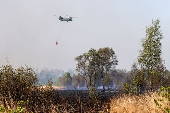 Chinook haalt water voor brand Deurnsche Peel.