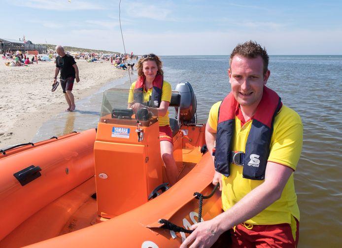 Arjen Venema en Nathalie Doest van de strandreddingsbrigade Westerschouwen op hun post in een eerder druk seizoen.