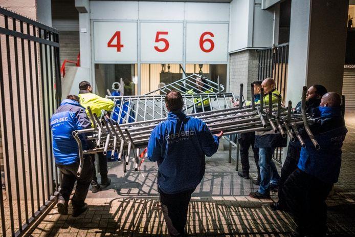 Woedende PSV-supporters bestormen ingang Philips Stadion, ME probeert groep uiteen te drijven