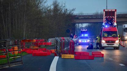 Leeg kippentransport kantelt: snelweg versperd