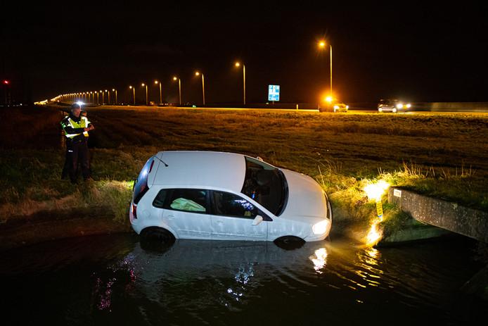 De auto is voor het helft te water geraakt.
