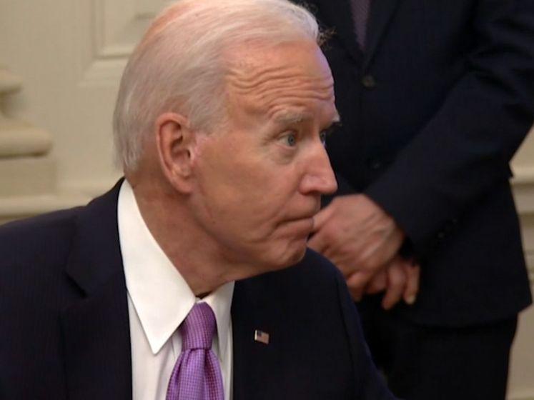 """Ook Biden krijgt het soms op zijn heupen van journalisten: """"Man, geef me toch even!"""""""