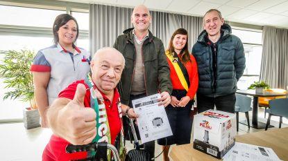 Rusthuis verrast superfan Albert (80): tickets voor KVO-match uit handen van ... trainer en Franky Van der Elst