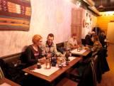 Met de handen eten bij restaurant Gezana in Eindhoven