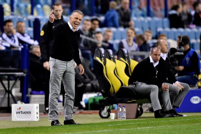 Vitesse interim-trainer Edward Sturing coachend langs de zijlijn.