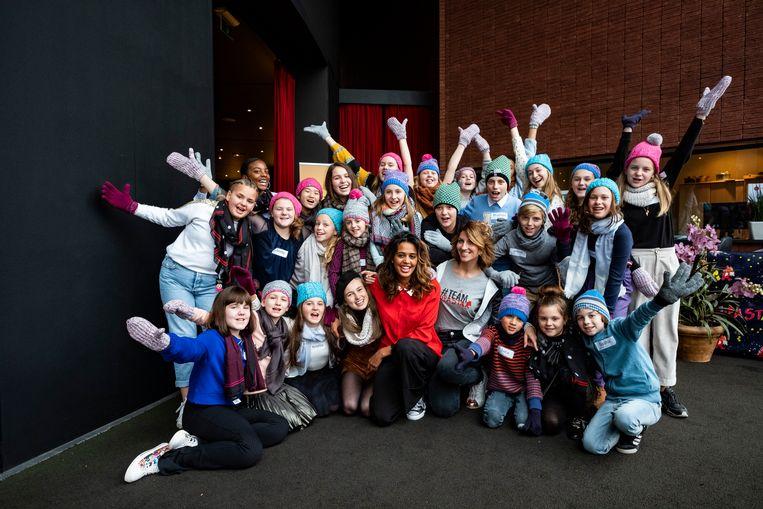 De 26 kinderen met in het midden Tatyana Beloy en vocal coach Marianne Carlier