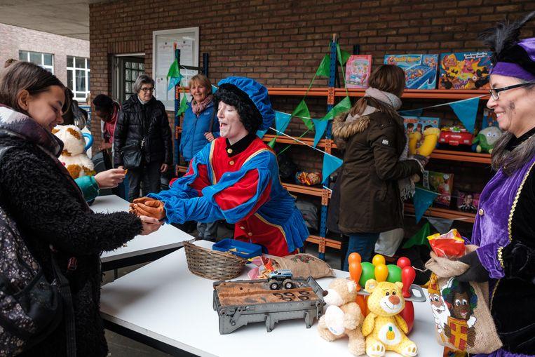 Kinderen die speelgoed inleverden kregen er letterkoekjes voor in de plaats.