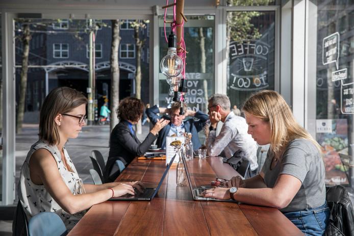 Steeds vaker werken ambtenaren in de koffietentjes rond het ministerie. © Frank Jansen