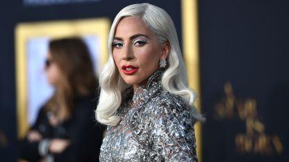 Lady Gaga schittert in het zilver op première 'A Star is Born'