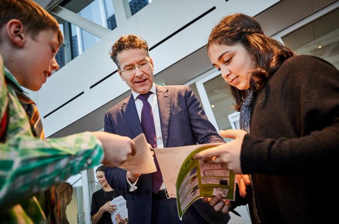Jeroen Dijsselbloem met scholieren, foto ter illustratie.