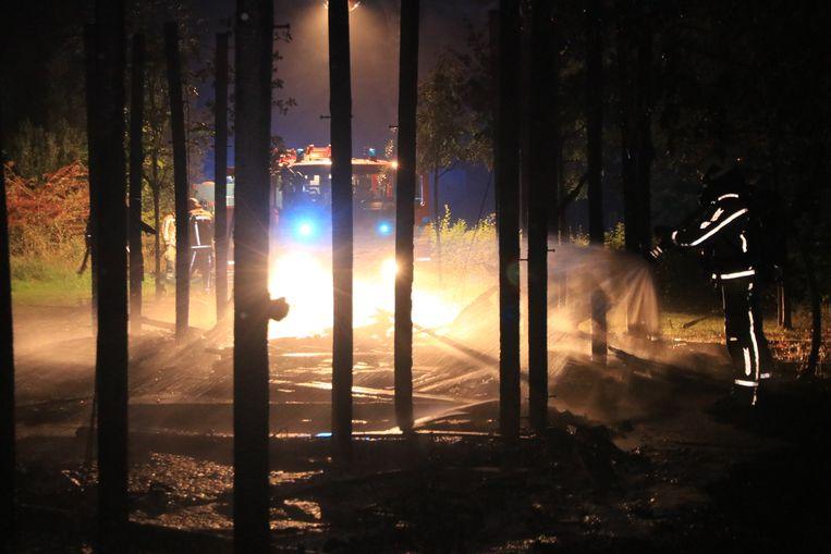 Een houten speelburcht ging in de nacht van maandag op dinsdag in vlammen op.