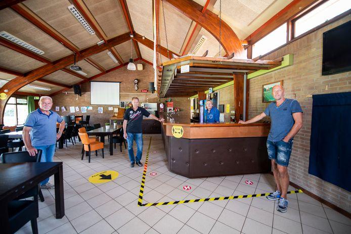 Dankzij de inspanningen van Jan Paalman, Marko Lieferink, Paul Blaak en Roland Kummerhove (vlnr) kunnen ze in het clubhuis van ZVV'56 donderdag eindelijk weer een clubavond houden.