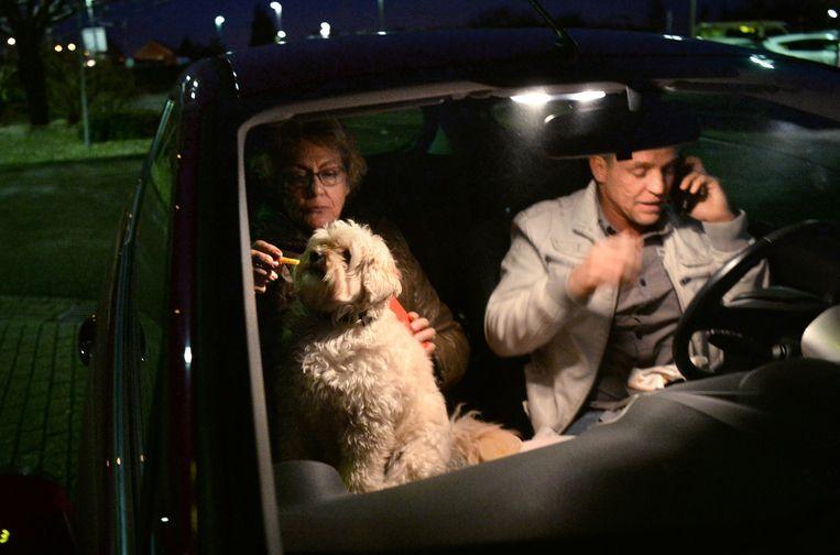 Riet Wiesman en haar zoon Bram Escherich rijden twee keer per maand land de McDrive in Tiel om te eten: lekker makkelijk en de hond eet gewoon mee. Beeld Marcel van den Bergh