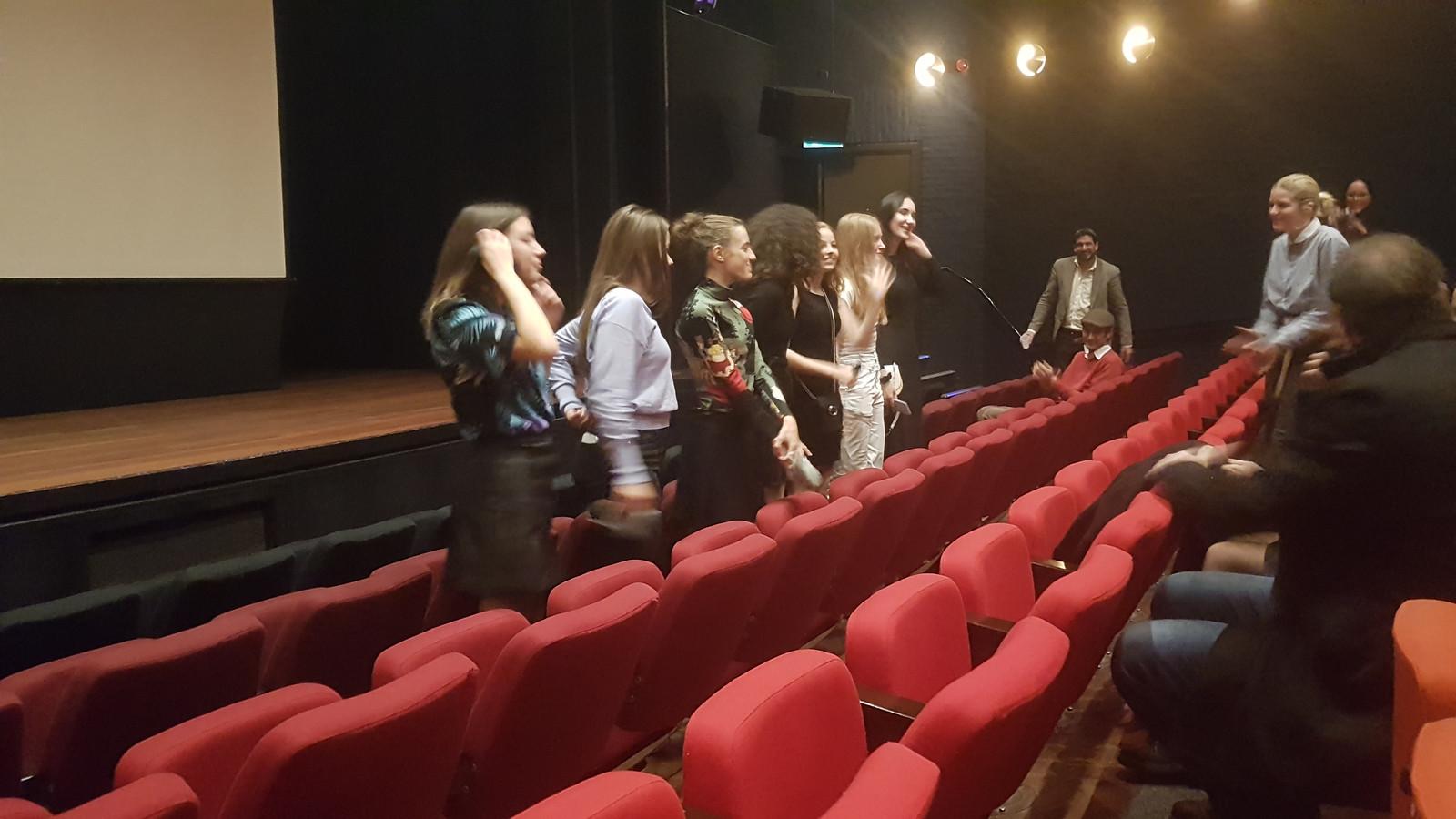 De dames namen na afloop het applaus van 30 genodigden in ontvangst.