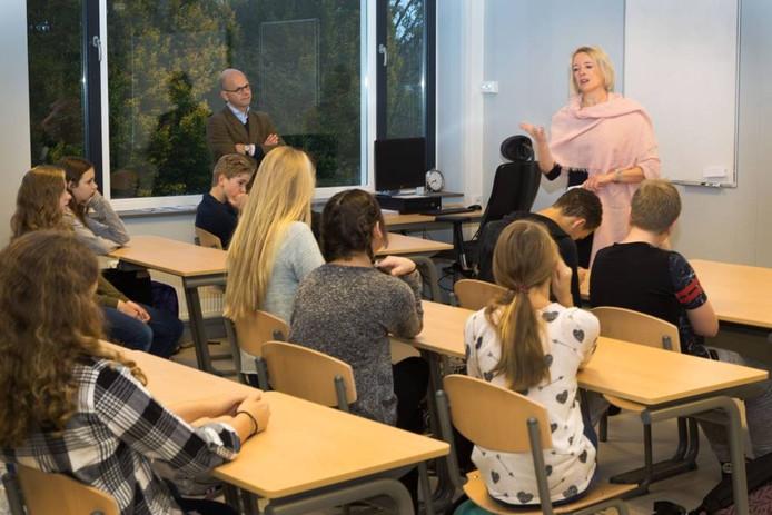 Elly van Wageningen voor de klas.