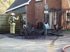 Brand verwoest coniferen en schutting  in Groenlo