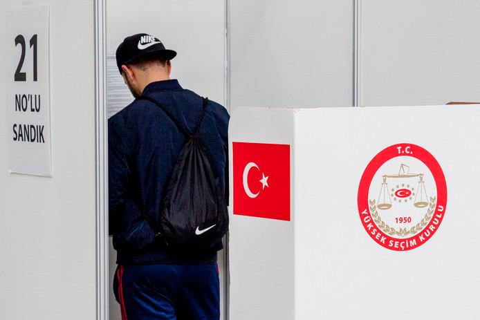 Een Turkse Nederlander stemt in Den Haag voor het referendum.