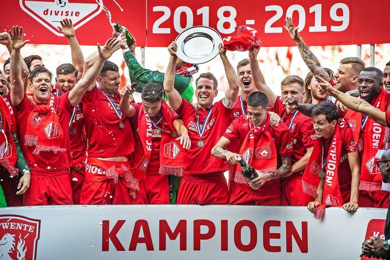 Aanvoerder Wout Brama houdt de schaal omhoog, Twente keert terug op het hoogste niveau na een jaar Keuken Kampioenschap.  Beeld Guus Dubbelman