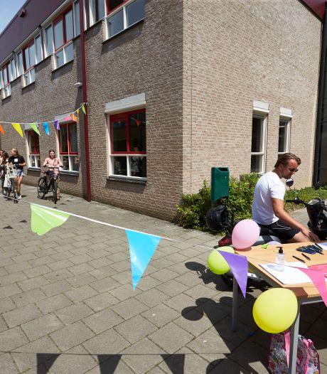 Drive-through op Isendoorn: 'alle momenten die er nog zijn op school, moeten we feestelijk maken'