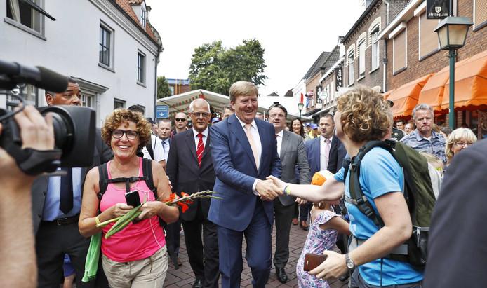 Koning Willem-Alexander loopt door het centrum van Cuijk een stuk op met het Vierdaagselegioen.
